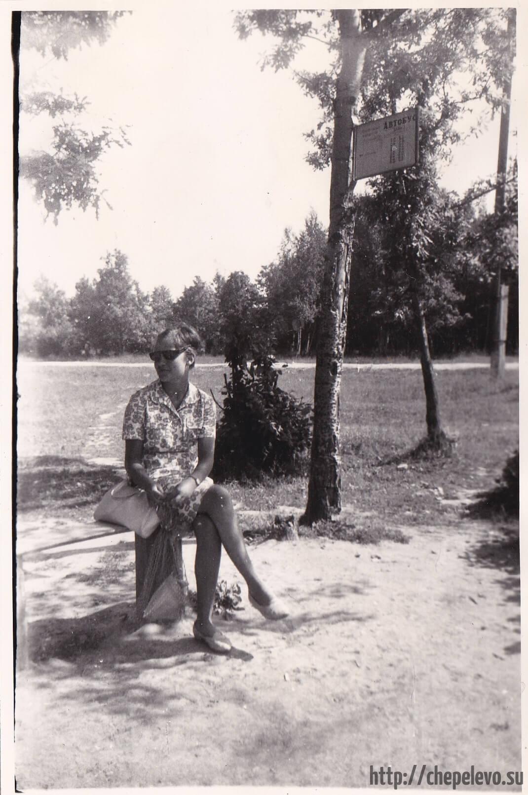 В ожидании автобуса. Остановка сады у СНТ Мичуринец. 1966 год